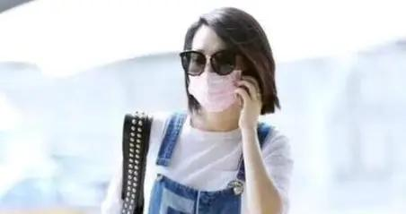 许晴又又又任性了,穿牛仔背带裤配白T恤,看着像20岁的小女孩