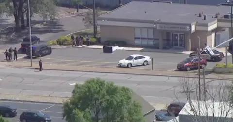 美国印第安纳州一银行遭持枪抢劫 一保安被枪杀