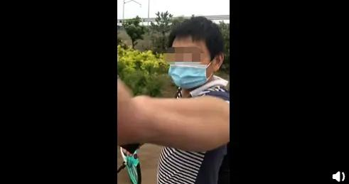 男子将路边多辆共享单车推倒,还不听劝阻再推一辆,北京石景山警方:行拘