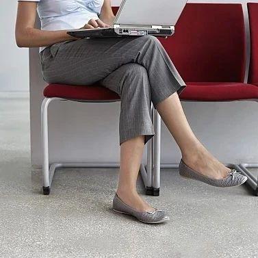 23岁女白领久坐后站不起来,还成了长短腿!和这个习惯有关……