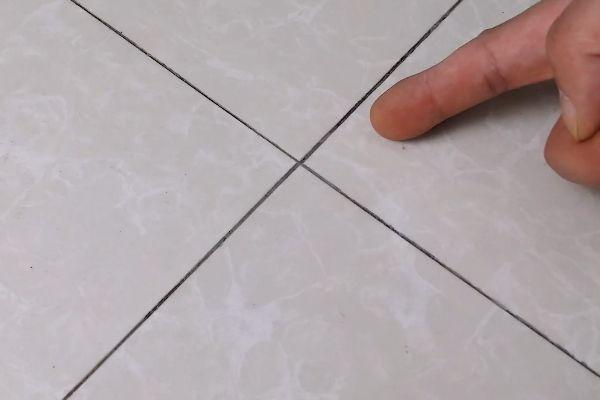 黑黑的瓷砖缝隙难清理?只需简单一擦就能干净如新,省时又省力!