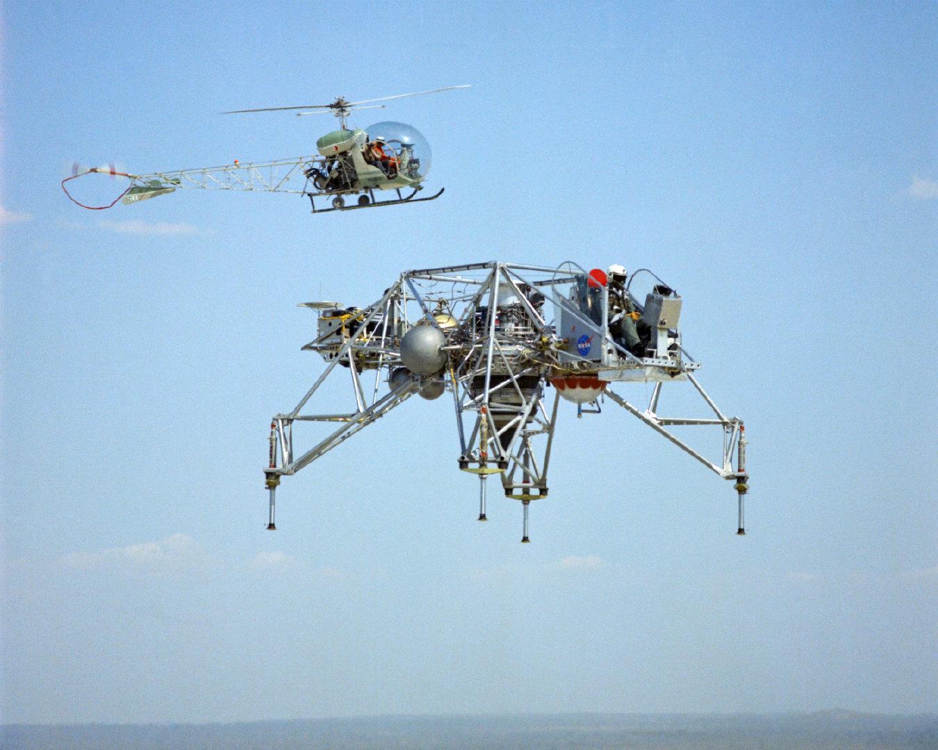 图1是登月验证飞行器LLRV和贝尔47直升机