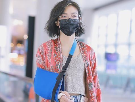 万茜吊着胳膊走机场,一袭印花长袍挺有气场,平价品牌穿出高级范