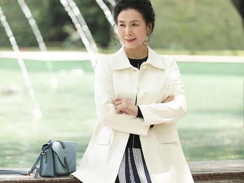 才60岁的女人,别急着穿奶奶装,学会高级色搭配,做个岁月美人