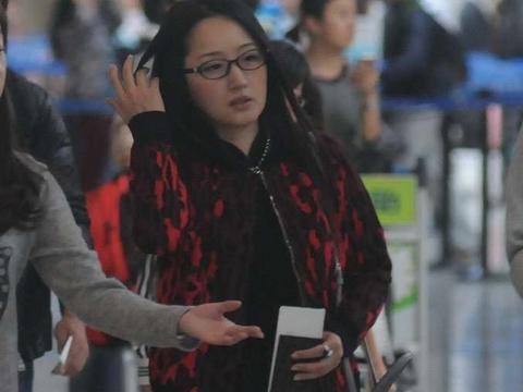 杨钰莹丝毫不在意镜头,素颜也从容,穿短裙秀长腿,50岁仍有活力