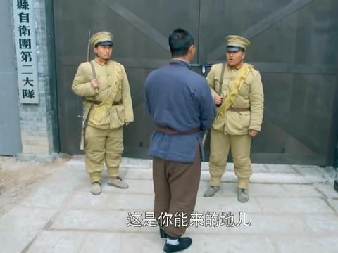 农村小伙去找师弟,警卫不让进,一报名号警卫立即愣住了