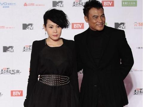"""刘若英这穿搭真像女王,下装设计像个""""锅盖"""",适合霸气的她"""
