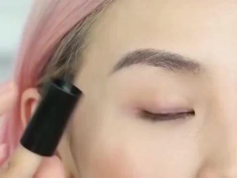 美妆教程:能固定在食指上的眼线液笔,看上去很好画的样子