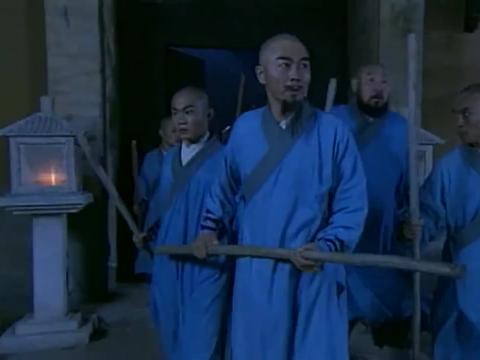 少林寺被弓箭手包围,关键时刻菜头师傅想到一招,大家成功冲出去