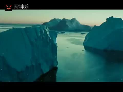 加勒比海盗:船漂泊在冰天雪地的海上,大家身上都结冰疙瘩了