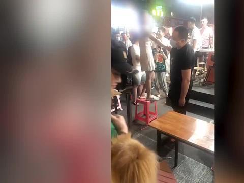 东北女子被摸臀骚扰,气势汹汹逮住男子衣领:你不要脸我也不要!