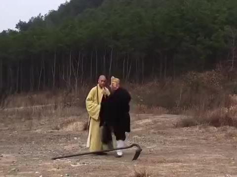 西游记,唐僧师徒来村民家中借宿,八戒的丑模样,又把村民吓到了