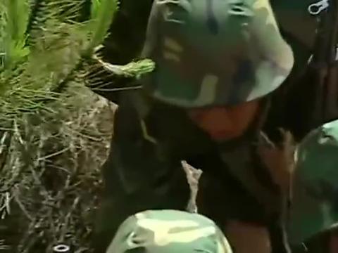 士兵突击:许三多参加老A考核,为了充饥,竟吃草根