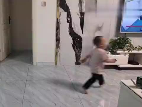 哥哥姐姐在跳舞,淇宝在捣乱,小家伙玩的乐不思蜀