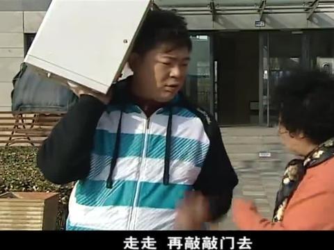喜剧:这保安当的连个大妈都不如,一罐咸鸭蛋都搬不起来!