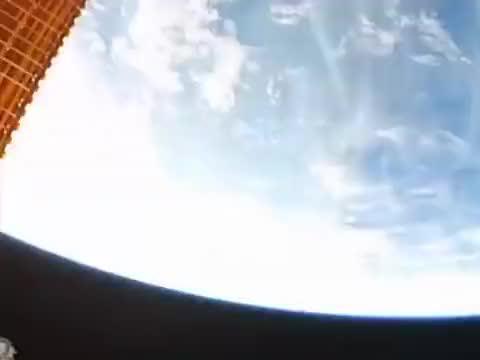 宇航员在高度400公里左右的空间站外面,高空维修作业