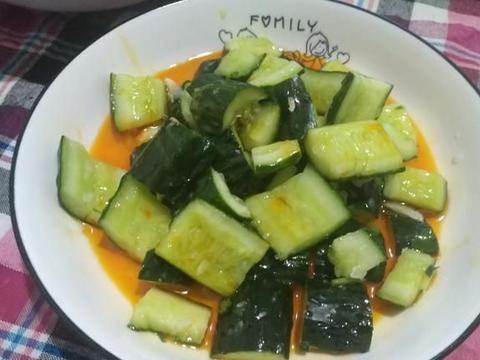 蒜泥黄瓜一直是我们喜爱的一道小凉菜