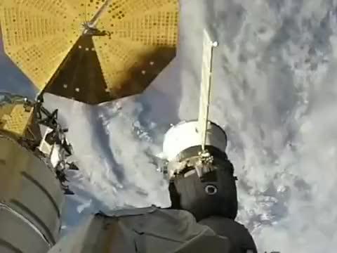 宇航员在高度360公里左右的空间站外面,高空维修作业
