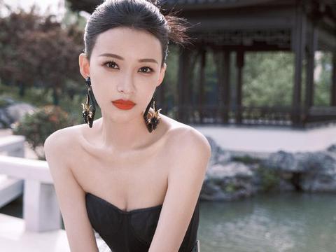 再次被孙怡惊艳到了,穿国风抹胸裙肩颈线优越,又瘦又显自信大气