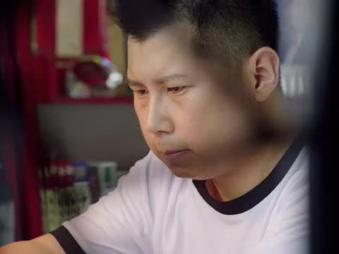 袁硕看着结婚证发呆,告知爸爸自己不想离婚