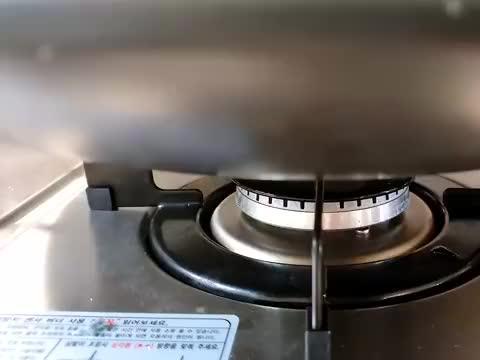 韩国小哥自制一锅大杂烩,鸡爪、章鱼、年糕、紫菜包饭,光盘走起