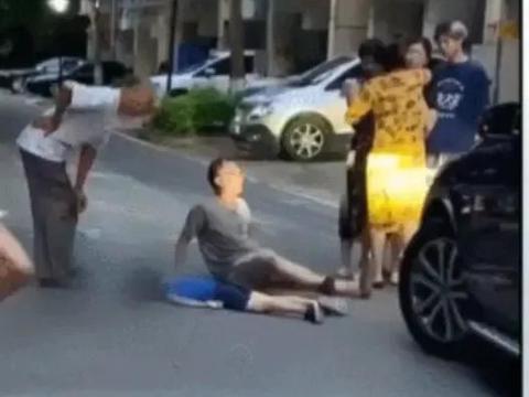 一个七岁小孩在某小区路上玩滑板,被车碾压,没有亲人在身边照看