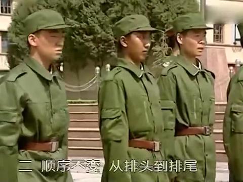士兵突击:许三多参加训练,一个转向,竟把自己都逗笑了
