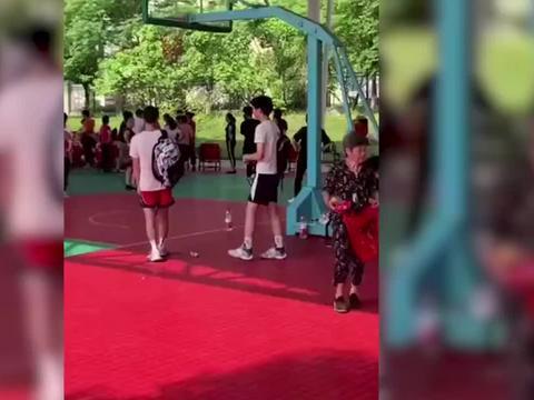 大妈们篮球场上跳舞,小伙上前交涉遭球砸脸,接下来双方失控了!