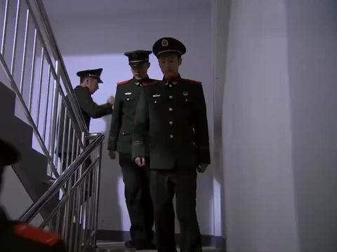 火线英雄:男子被困电梯,消防兵紧急救援:还要电视机吗?