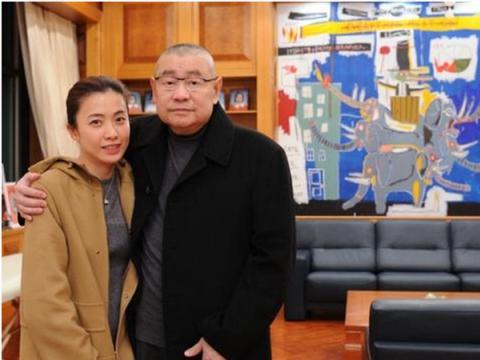 一婚老公坐拥3千亩地,二婚老公在上海年收租10亿,她却穿优衣库