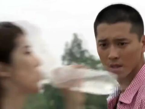劫匪在大巴车上抢劫,姑娘吓得脸色发白,小伙淡定起身制服劫匪!