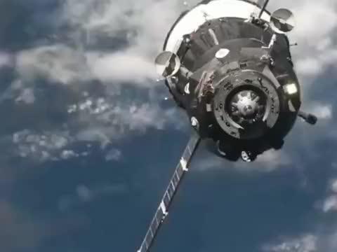 地球快递飞船到达太空站,与空间站交汇对接