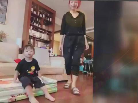 蔡少芬与2岁儿子同框,素颜出镜显老态,豪华客厅晒出满柜酒吸睛