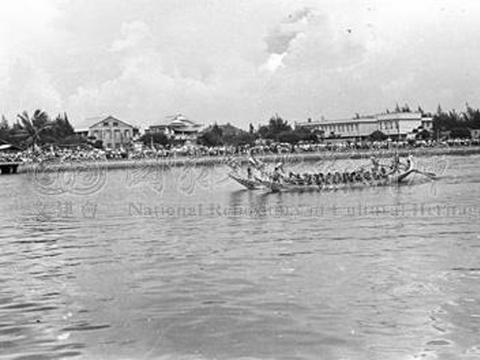 老照片 1958年台湾高雄端午节赛龙舟 人山人海