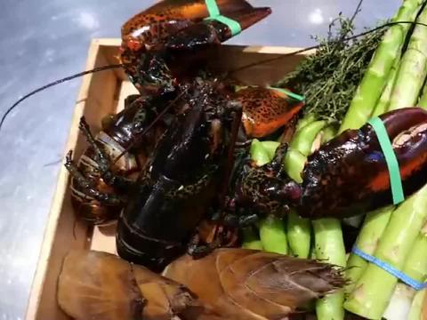 爆笑:日本大厨制作黑米龙虾,一口下去好鲜啊,真好吃!