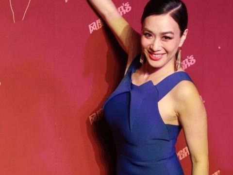 50岁钟丽缇穿吊带裙亮相,这身材曲线赛过超模,魅力锋芒丝毫不减