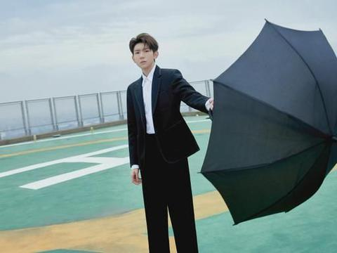 王源是《28岁的你》的青春召集人, 身穿黑色西服套装,俊朗有型
