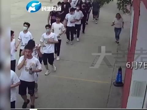 高考考场外,这位赤脚奔跑的女教师,让人忍不住点赞