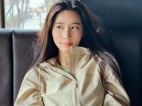 韩国女团Berry Good成员赵贤SNS发照秀美貌