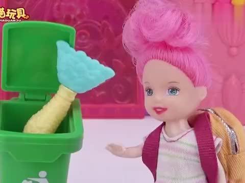芭比剧场:垃圾桶里捡到美人鱼宝宝,装在书包里背回家
