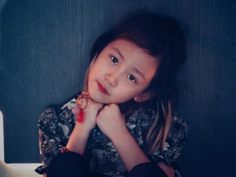 黄磊老婆晒儿女近照,多妹凹可爱造型卖萌,弟弟屁股对镜头显害羞