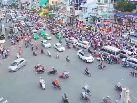 看了越南街头摩托车, 我们就得知足, 他们小车没几辆!