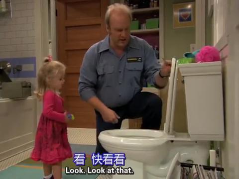宝宝查莉测试爸爸新装的马桶,把杂物统统丢进去,爸爸没眼看