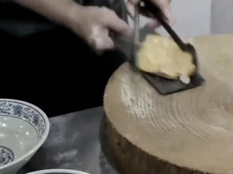 咱也不知道这卤煮切之前刮个菜板是不是传统,盘它就对了