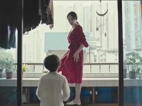 小男孩用蝴蝶恶搞导致女人坠楼!小时候犯了错是否可以被原谅?