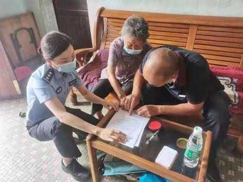 佛山南海:九旬老人行动不便 户籍民警上门服务