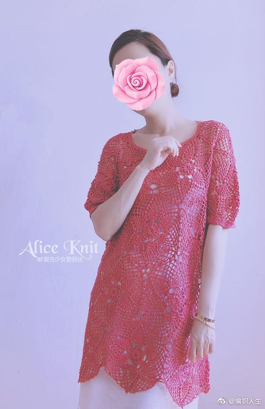一款拼花的连衣裙,轻盈妩媚,宽松惬意,搭上不同的内搭……