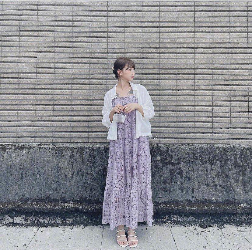 优雅的连衣裙总是最显气质的,简约的花纹……