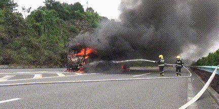 贵州黔织高速一辆货车自燃 车上大量电瓶车被烧毁!