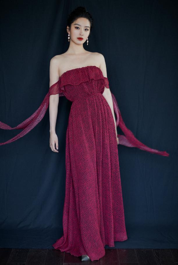 杨采钰的高级感绝了,豹纹抹胸裙美艳众人,是我穿不起的效果
